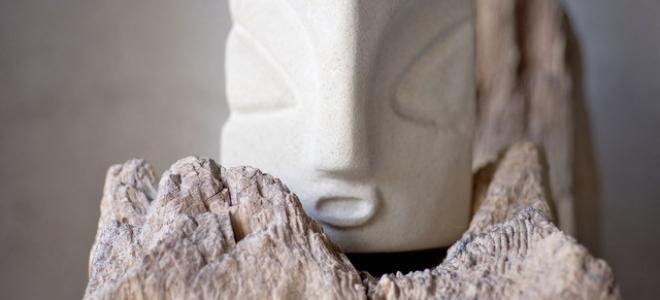 Isolden - Der Wächter, Skulptur aus Sandstein, Glockenstuhlholz, Eisen